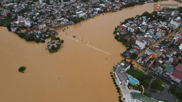 Chùm ảnh flycam: Trung tâm thành phố Huế ngập nặng do mưa lũ kéo dài, nước tiến sát mép cầu Trường Tiền - Ảnh 12.