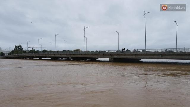 Chùm ảnh flycam: Trung tâm thành phố Huế ngập nặng do mưa lũ kéo dài, nước tiến sát mép cầu Trường Tiền - Ảnh 13.