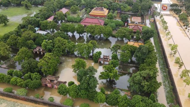 Chùm ảnh flycam: Trung tâm thành phố Huế ngập nặng do mưa lũ kéo dài, nước tiến sát mép cầu Trường Tiền - Ảnh 5.
