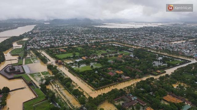 Chùm ảnh flycam: Trung tâm thành phố Huế ngập nặng do mưa lũ kéo dài, nước tiến sát mép cầu Trường Tiền - Ảnh 6.