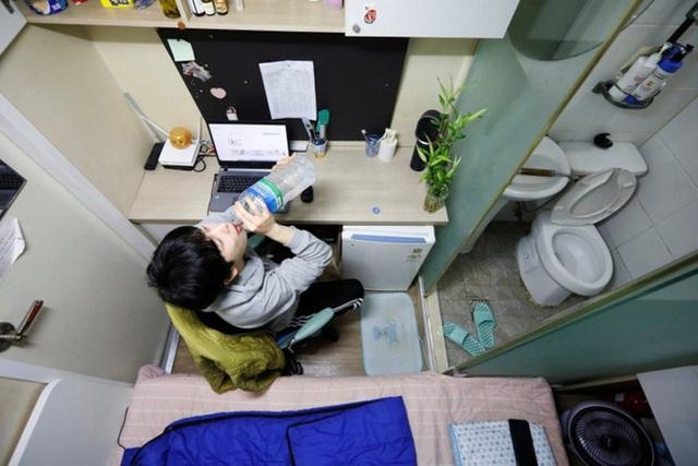 Chùm ảnh bóc trần cuộc sống tù túng, chật chội trong phòng trọ quan tài chỉ 3m2 cho giới sinh viên châu Á - Ảnh 8.
