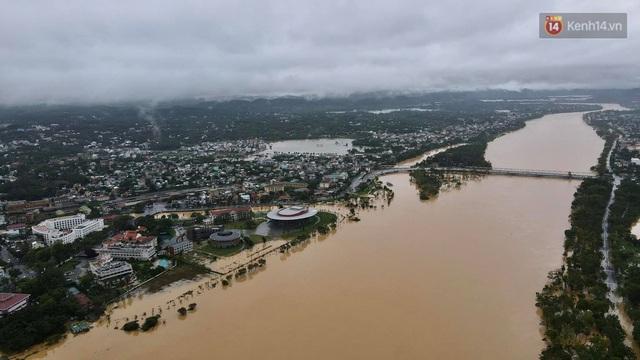 Chùm ảnh flycam: Trung tâm thành phố Huế ngập nặng do mưa lũ kéo dài, nước tiến sát mép cầu Trường Tiền - Ảnh 8.
