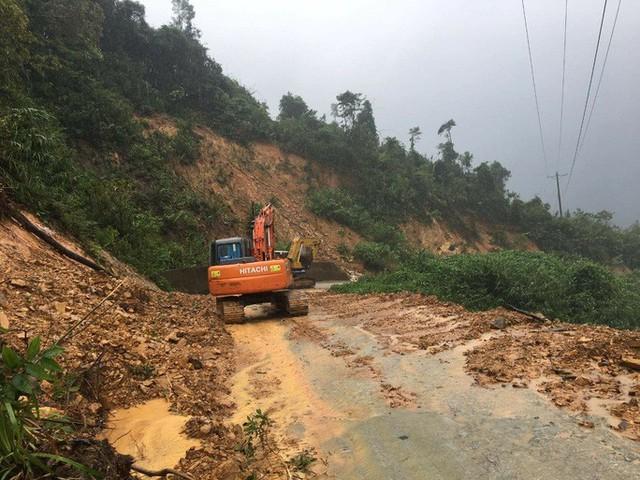 40 công nhân, chuyên gia thủy điện Rào Trăng 3 di chuyển bằng đường rừng đến Rào Trăng 4  - Ảnh 2.