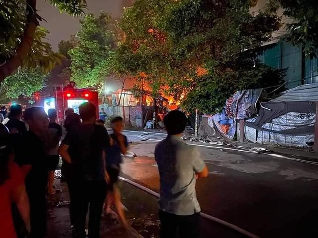 Cháy lớn tại gara ô tô và kho đồ nhựa ở Hà Nội - Ảnh 1.