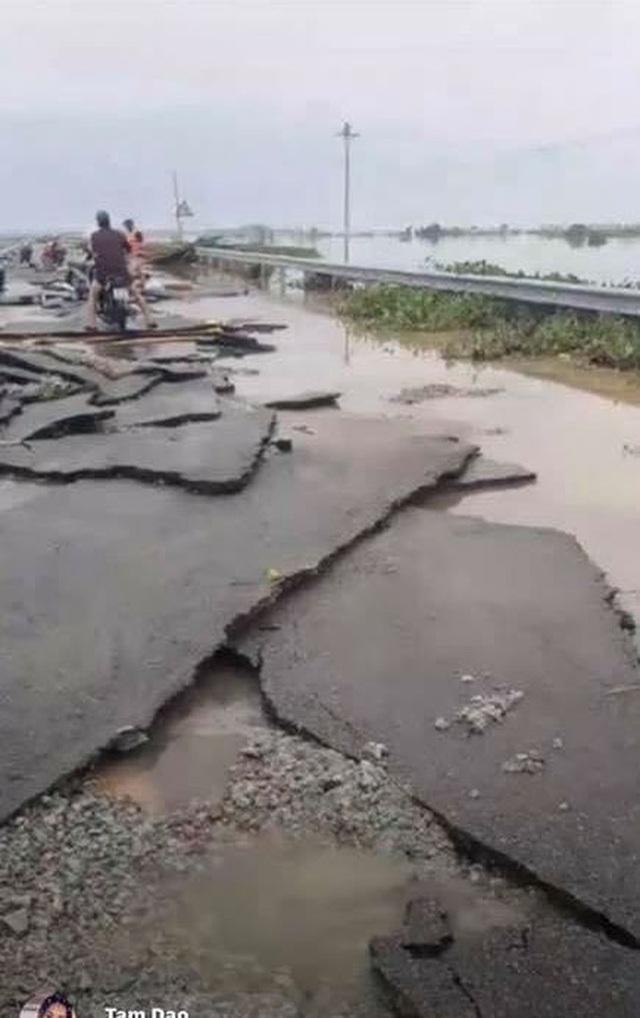 Chùm ảnh: Tuyến đường Quốc lộ 49B hư hỏng nặng  - Ảnh 1.