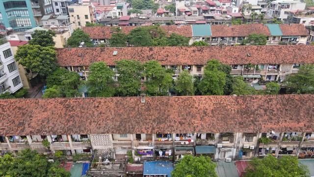 Khu tập thể cũ 3 tầng tại phường Nguyễn Trãi (quận Hà Đông) gần 50 năm tuổi được đánh giá ở mức 3 tình trạng nguy hiểm, tồn tại khuyết tật, hư hỏng có thể dẫn đến phá huỷ kết cấu vẫn đang chờ kiểm định từ năm 2016 đến nay.