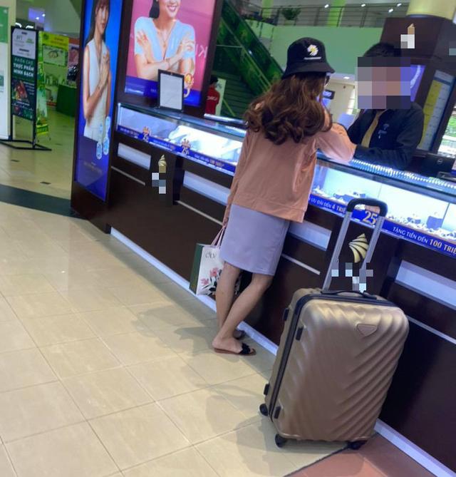 Nữ quái cướp ngân hàng ở TP.HCM bị bắt khi đang mua kim cương trong trung tâm thương mại - Ảnh 3.