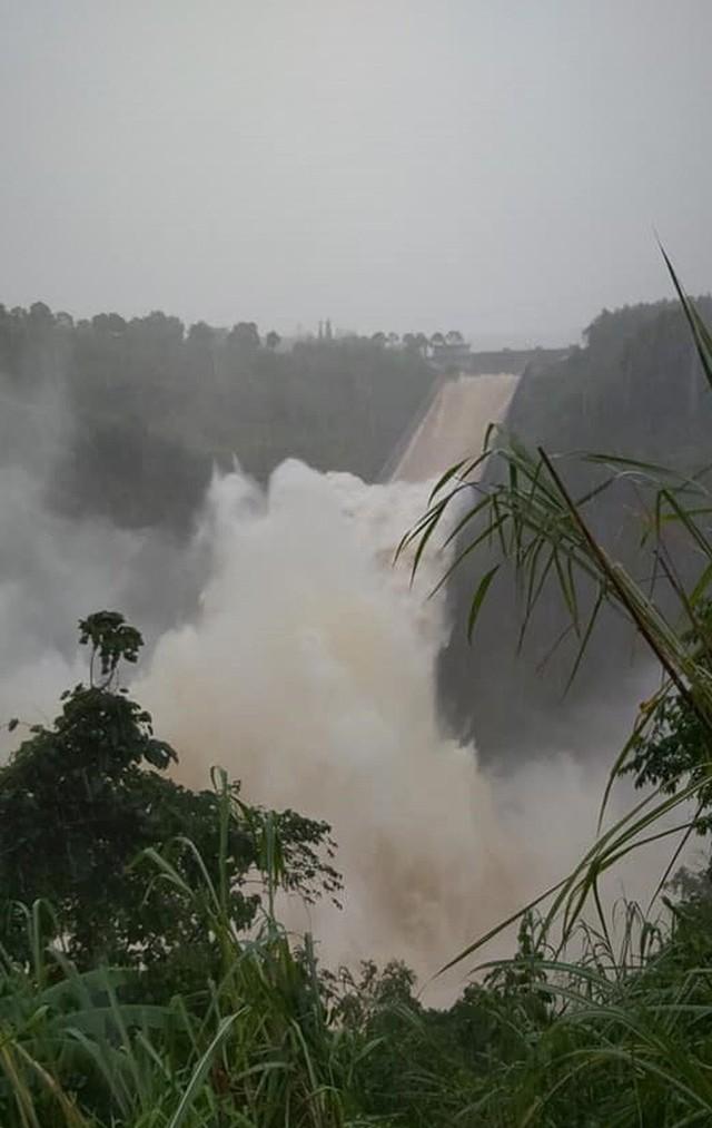 CLIP: Thủy điện lớn nhất Quảng Trị xả lũ 1.110 m3/s vì hết khả năng trữ nước  - Ảnh 2.