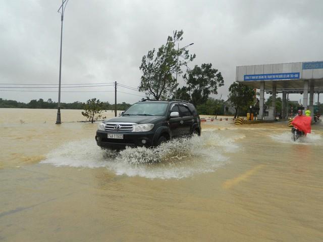 Cận cảnh nước lũ tràn qua quốc lộ 1 buộc BOT Quảng Trị phải xả trạm  - Ảnh 3.