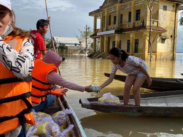 Bơi xuồng trong lũ nhận quà cứu trợ  - Ảnh 3.