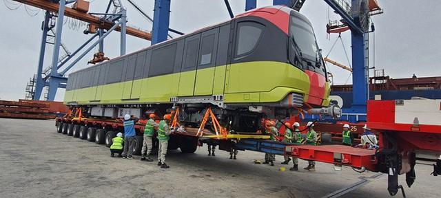 Cận cảnh đoàn tàu đầu tiên tuyến metro Nhổn-ga Hà Nội về tới cảng Hải Phòng  - Ảnh 1.