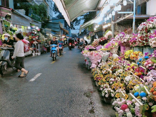 TP.HCM: Hoa tươi bắt đầu tăng giá trước ngày lễ 20/10 - Ảnh 1.