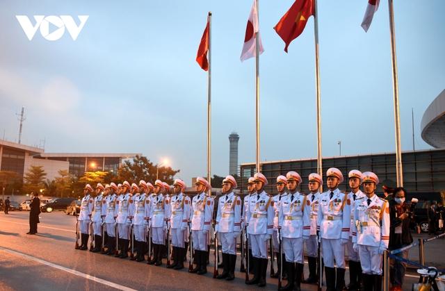 Hình ảnh Thủ tướng Suga Yoshihide và đoàn cấp cao Nhật Bản đến Nội Bài  - Ảnh 3.