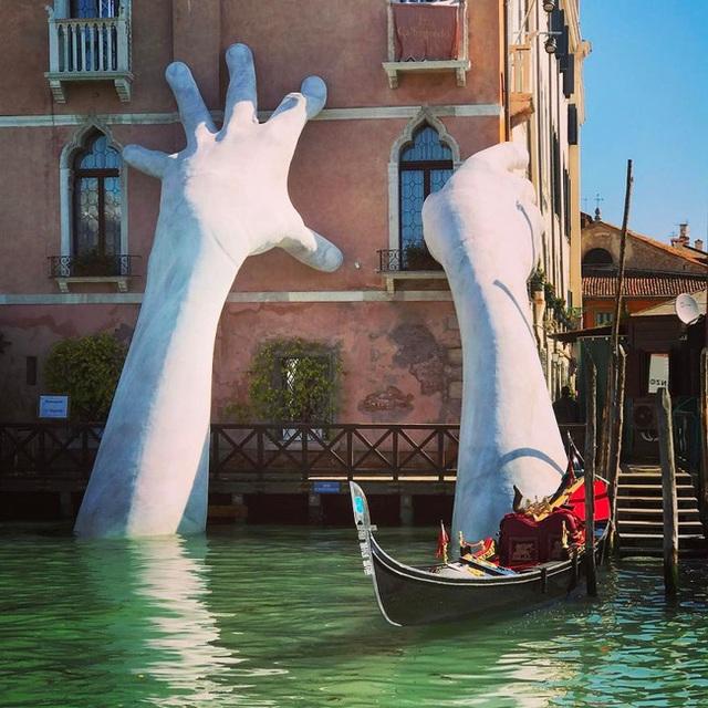 Hình ảnh đôi bàn tay khổng lồ trồi lên trên sóng nước dập dềnh của dòng sông gây thót tim nhưng sự thật phía sau khiến ai cũng phải suy ngẫm - Ảnh 7.