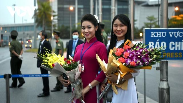Hình ảnh Thủ tướng Suga Yoshihide và đoàn cấp cao Nhật Bản đến Nội Bài  - Ảnh 2.