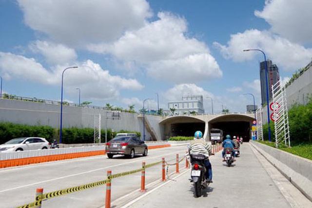 Cấm xe nhiều giờ liền ở hầm sông Sài Gòn  - Ảnh 1.
