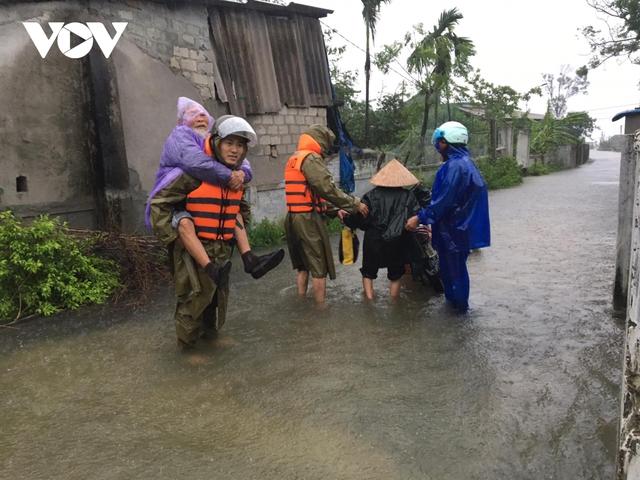 Công an Hà Tĩnh dầm mình trong mưa lũ cõng dân đi sơ tán - Ảnh 2.
