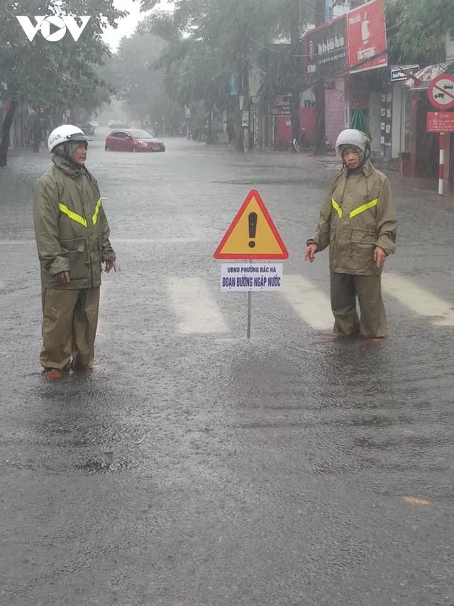 Công an Hà Tĩnh dầm mình trong mưa lũ cõng dân đi sơ tán - Ảnh 3.