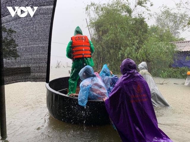 Công an Hà Tĩnh dầm mình trong mưa lũ cõng dân đi sơ tán - Ảnh 4.