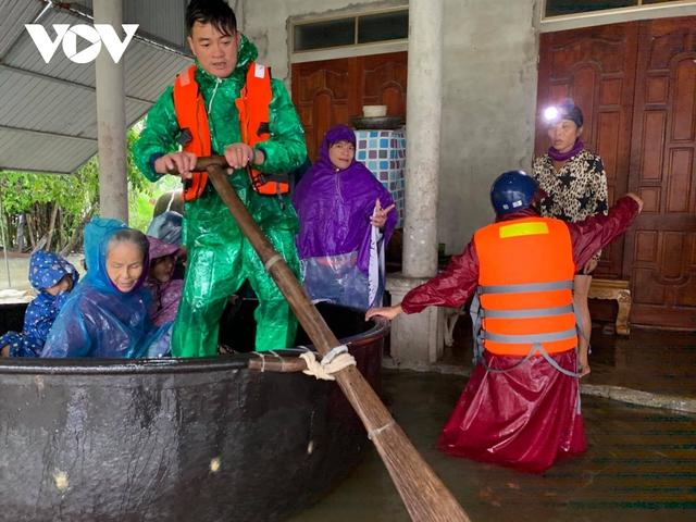 Công an Hà Tĩnh dầm mình trong mưa lũ cõng dân đi sơ tán - Ảnh 5.