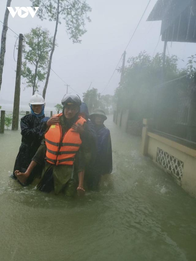 Công an Hà Tĩnh dầm mình trong mưa lũ cõng dân đi sơ tán - Ảnh 6.