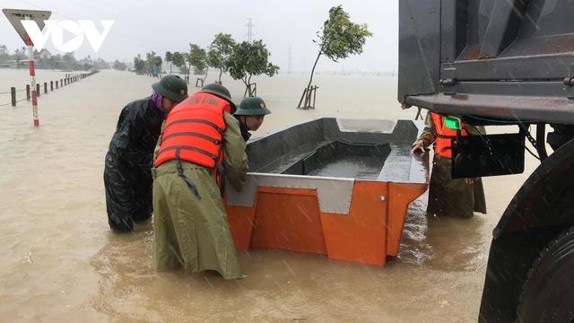 Công an Hà Tĩnh dầm mình trong mưa lũ cõng dân đi sơ tán - Ảnh 7.