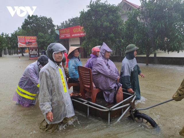Công an Hà Tĩnh dầm mình trong mưa lũ cõng dân đi sơ tán - Ảnh 8.