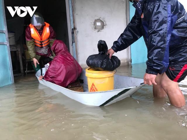 Công an Hà Tĩnh dầm mình trong mưa lũ cõng dân đi sơ tán - Ảnh 9.