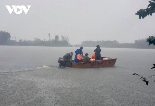 Công an Hà Tĩnh dầm mình trong mưa lũ cõng dân đi sơ tán - Ảnh 10.