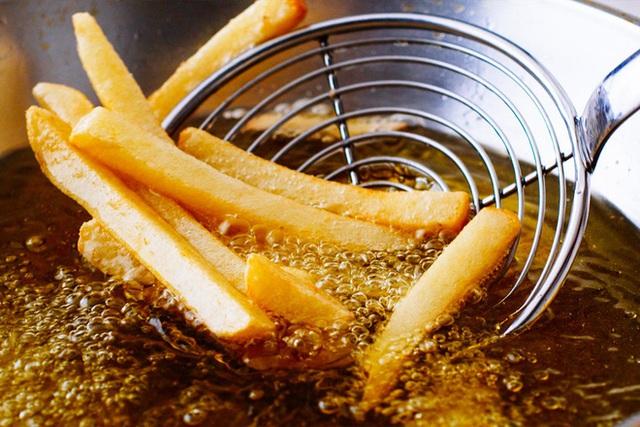 Tái sử dụng dầu ăn an toàn: Làm sai biến dầu thành thuốc độc, làm đúng dùng thêm tới 6 lần - Ảnh 2.