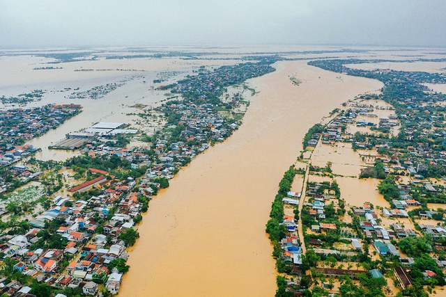 Thủ tướng tán thành hỗ trợ cho 5 tỉnh miền Trung 500 tỷ đồng, 5.000 tấn gạo  - Ảnh 1.