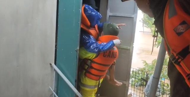 Dân Quảng Bình lùa trâu lên quốc lộ tránh lũ, cứu hộ chạy đua giải cứu bà cụ gãy chân tay kẹt trong nước - Ảnh 11.