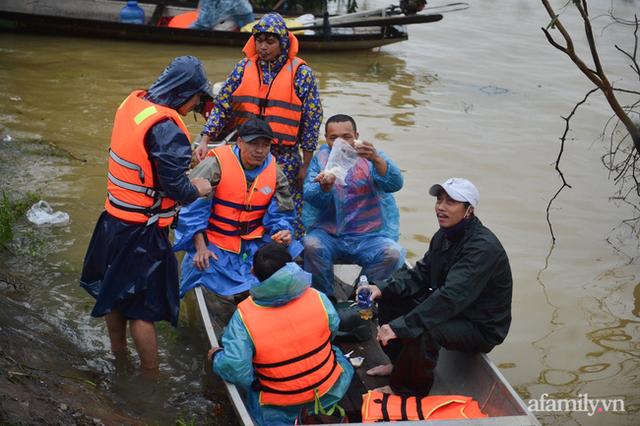 Theo chân đoàn cứu trợ đạp nước dữ vào tâm lũ Quảng Bình tiếp tế cho người dân bị cô lập: Bao nhiêu vất vả bấy nhiêu tình! - Ảnh 12.