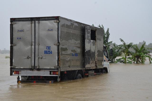 Dân Quảng Bình lùa trâu lên quốc lộ tránh lũ, cứu hộ chạy đua giải cứu bà cụ gãy chân tay kẹt trong nước - Ảnh 13.