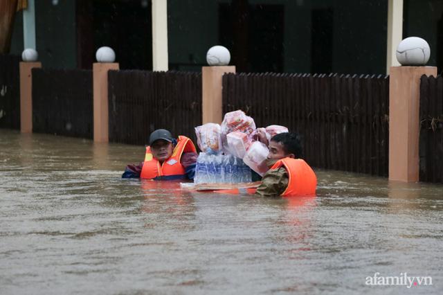 Theo chân đoàn cứu trợ đạp nước dữ vào tâm lũ Quảng Bình tiếp tế cho người dân bị cô lập: Bao nhiêu vất vả bấy nhiêu tình! - Ảnh 13.