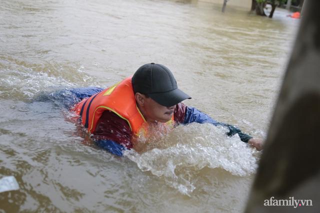 Theo chân đoàn cứu trợ đạp nước dữ vào tâm lũ Quảng Bình tiếp tế cho người dân bị cô lập: Bao nhiêu vất vả bấy nhiêu tình! - Ảnh 14.