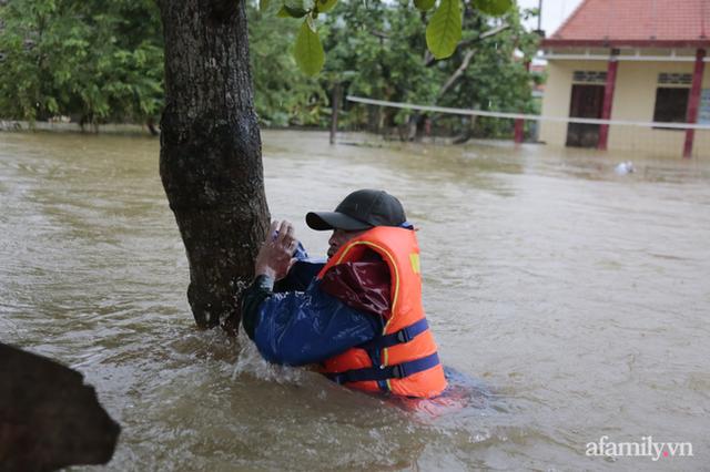 Theo chân đoàn cứu trợ đạp nước dữ vào tâm lũ Quảng Bình tiếp tế cho người dân bị cô lập: Bao nhiêu vất vả bấy nhiêu tình! - Ảnh 15.