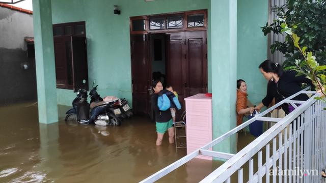 Theo chân đoàn cứu trợ đạp nước dữ vào tâm lũ Quảng Bình tiếp tế cho người dân bị cô lập: Bao nhiêu vất vả bấy nhiêu tình! - Ảnh 17.