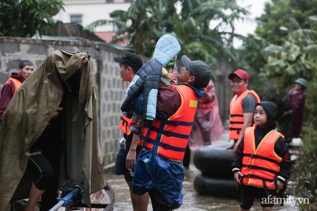 Theo chân đoàn cứu trợ đạp nước dữ vào tâm lũ Quảng Bình tiếp tế cho người dân bị cô lập: Bao nhiêu vất vả bấy nhiêu tình! - Ảnh 18.