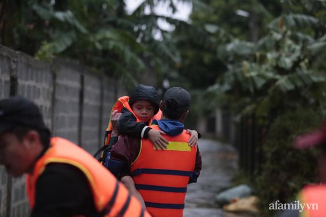 Theo chân đoàn cứu trợ đạp nước dữ vào tâm lũ Quảng Bình tiếp tế cho người dân bị cô lập: Bao nhiêu vất vả bấy nhiêu tình! - Ảnh 19.