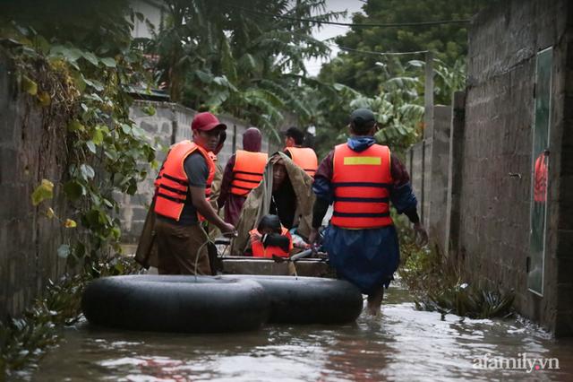 Theo chân đoàn cứu trợ đạp nước dữ vào tâm lũ Quảng Bình tiếp tế cho người dân bị cô lập: Bao nhiêu vất vả bấy nhiêu tình! - Ảnh 20.