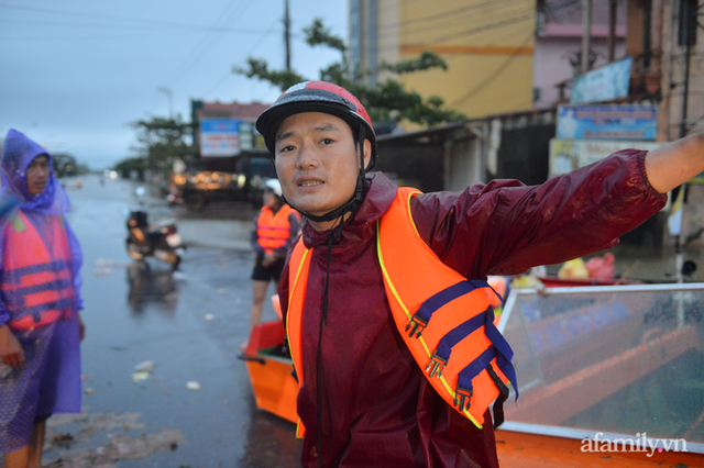 Theo chân đoàn cứu trợ đạp nước dữ vào tâm lũ Quảng Bình tiếp tế cho người dân bị cô lập: Bao nhiêu vất vả bấy nhiêu tình! - Ảnh 21.