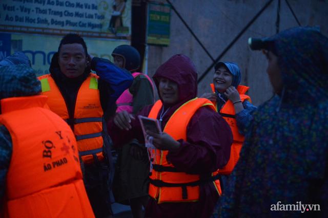 Theo chân đoàn cứu trợ đạp nước dữ vào tâm lũ Quảng Bình tiếp tế cho người dân bị cô lập: Bao nhiêu vất vả bấy nhiêu tình! - Ảnh 22.