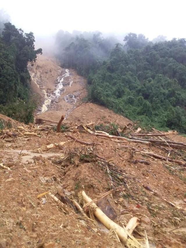 Quảng Bình: Sạt ở núi kinh hoàng, vùi lấp đồn biên phòng và xé toác QL 12A - Ảnh 4.
