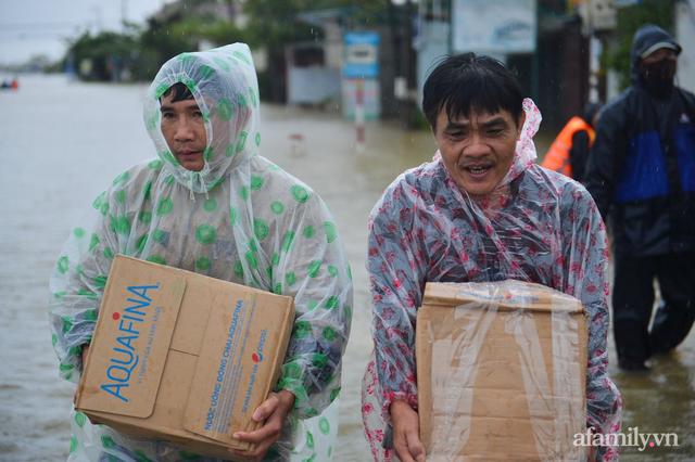 Theo chân đoàn cứu trợ đạp nước dữ vào tâm lũ Quảng Bình tiếp tế cho người dân bị cô lập: Bao nhiêu vất vả bấy nhiêu tình! - Ảnh 5.