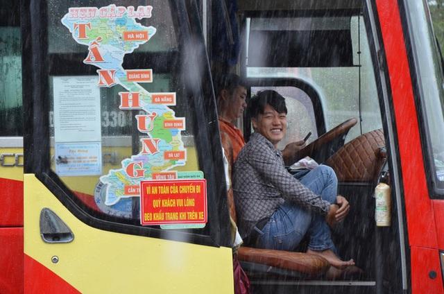 Dân Quảng Bình lùa trâu lên quốc lộ tránh lũ, cứu hộ chạy đua giải cứu bà cụ gãy chân tay kẹt trong nước - Ảnh 7.