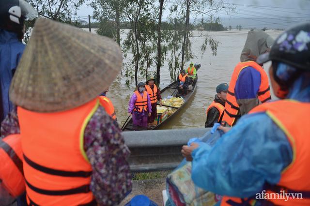 Theo chân đoàn cứu trợ đạp nước dữ vào tâm lũ Quảng Bình tiếp tế cho người dân bị cô lập: Bao nhiêu vất vả bấy nhiêu tình! - Ảnh 7.
