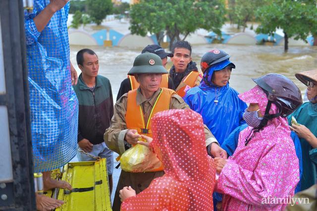 Theo chân đoàn cứu trợ đạp nước dữ vào tâm lũ Quảng Bình tiếp tế cho người dân bị cô lập: Bao nhiêu vất vả bấy nhiêu tình! - Ảnh 8.
