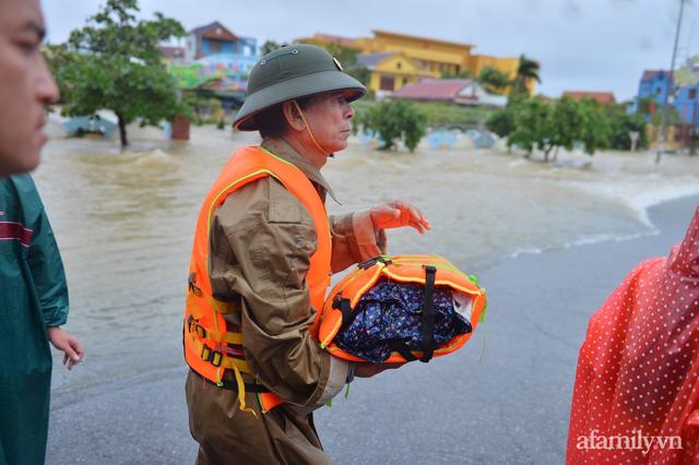 Theo chân đoàn cứu trợ đạp nước dữ vào tâm lũ Quảng Bình tiếp tế cho người dân bị cô lập: Bao nhiêu vất vả bấy nhiêu tình! - Ảnh 9.