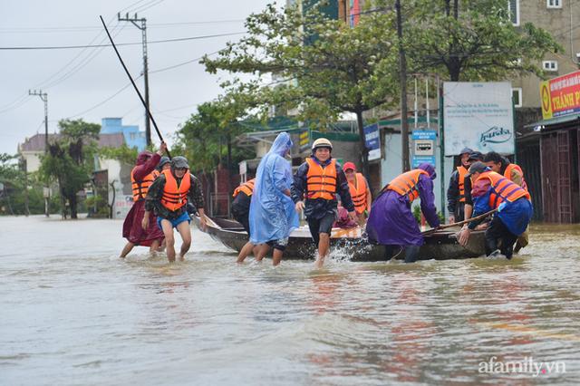 Theo chân đoàn cứu trợ đạp nước dữ vào tâm lũ Quảng Bình tiếp tế cho người dân bị cô lập: Bao nhiêu vất vả bấy nhiêu tình! - Ảnh 10.